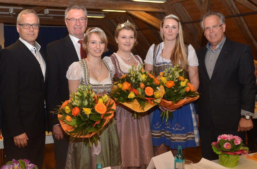 """Neue Weinkönigin im """"Lieblichen Taubertal"""" ist Nicole Heinrich aus Dertingen (dritte von rechts). Foto: Tourismusverband Liebliches Taubertal."""